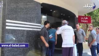 بالفيديو.. وصول بوسي وابنتي الفنان الراحل نور الشريف الى المستشفى لاستلام جثمانه