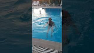 Yağmur Avcı Yalnız Havuz Keyfi
