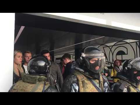 ОМОН заблокировал входы и выходы в метро