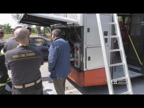 Bari, principio di incendio sul bus: autista fa scendere tutti e usa l'estintore