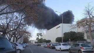 Desalojan 150 empresas por el incendio en una empresa química en Paterna