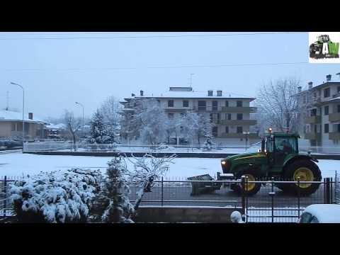 SNOWPLOW IN PAVIA / SEVERE SNOWFALL IN NORTH ITALY / JOHN DEERE