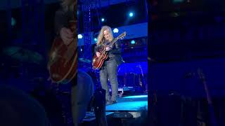 Melissa Etheridge sings