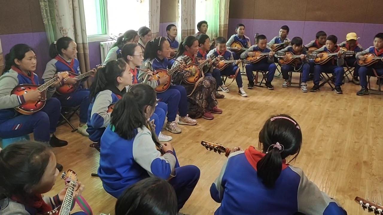 藏族学生演奏《心中的歌》