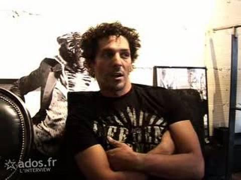Interview vidéo de Tomer Sisley : Tout le monde se lève pour Tomer !