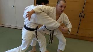 日本拳法において、足払いは大変有効な技です。 足払いのポイントを説明...