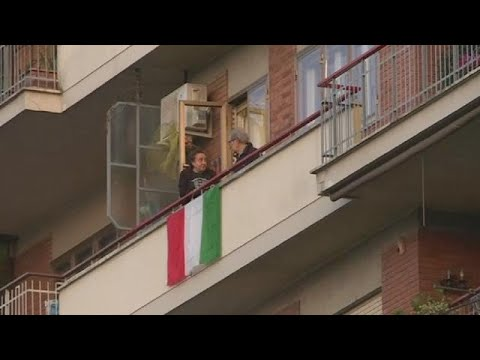 Coronavirus: les Italiens en quarantaine dansent sur leurs balcons [No Comment]