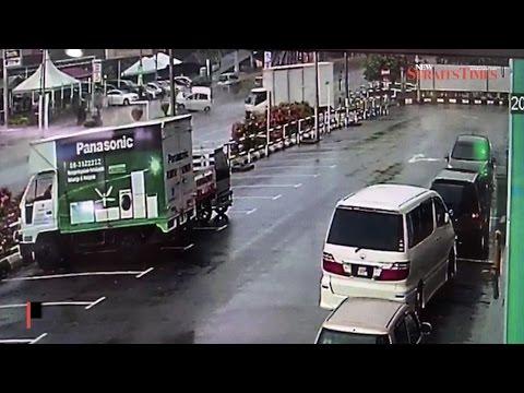 Horrific crash on Melaka highway kills three university students