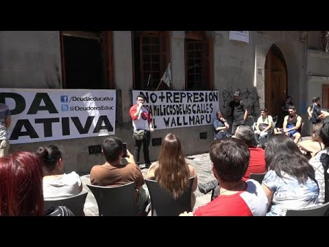 Jovens chilenos atolados em dívidas