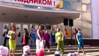 Копия видео День здоровья Зумба(Зумба Фитнес-дворик день здоровья., 2015-04-18T14:30:56.000Z)