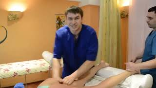 Поёт во время массажа. Sings during a massage.