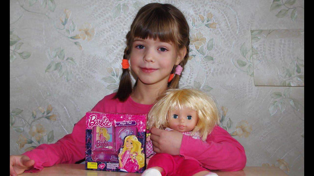 Маленькая девочка красится косметикой