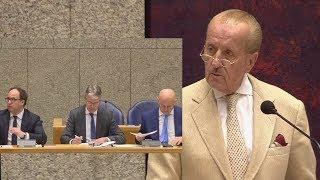 Theo Hiddema veegt de vloer aan met Halsema