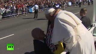 Little girl breaks through barrier to share immigration letter with Pope Francis