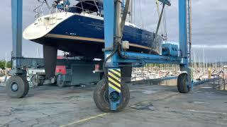 Cómo se baja un velero al agua de la bahía