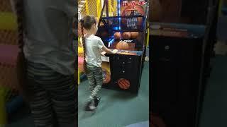 Настя играет в баскетбол