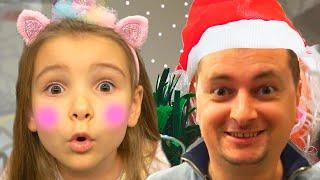 Ксюша и Арина готовятся к празднованию Нового года с папой