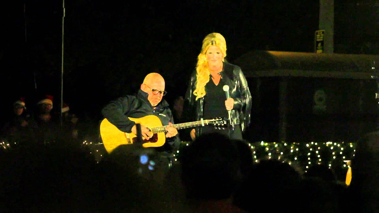 Trisha Yearwood sings the Elvis song 'Merry Christmas Baby' Graceland Plaza November 2015 - YouTube