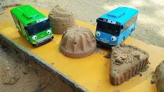 Spielzeugvideo für Kinder. Tayo der Bus spielt im Sandkasten. Die Sandbäckerei.