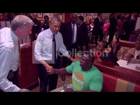 NY:OBAMA  DE BLASIO MINGLE AT JUNIOR'S RESTAURANT