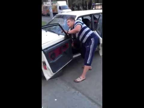 Пьяный водитель крушит свое авто