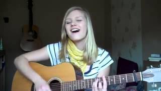 Красиво играет на гитаре и поёт французскую песню.