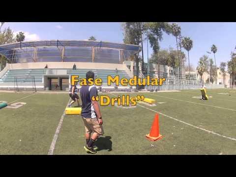 Clase de educacion fisica, sesion de entrenamiento de football americano
