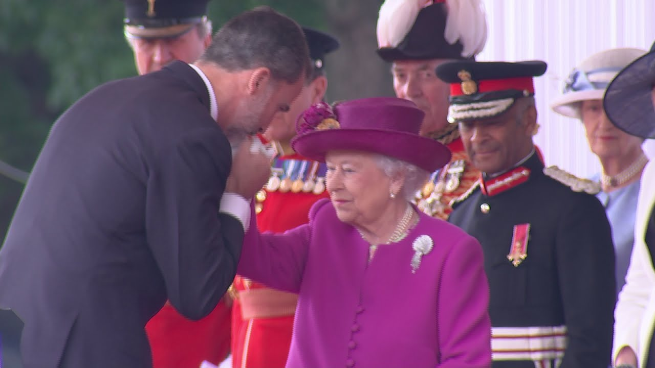 The king of spain greets the queen with a kiss youtube for Watches of spain
