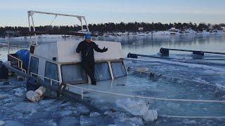 подъем затонувшего корабля в Швеции. утонула моторная яхта. lifting of a sunken ship in Sweden.