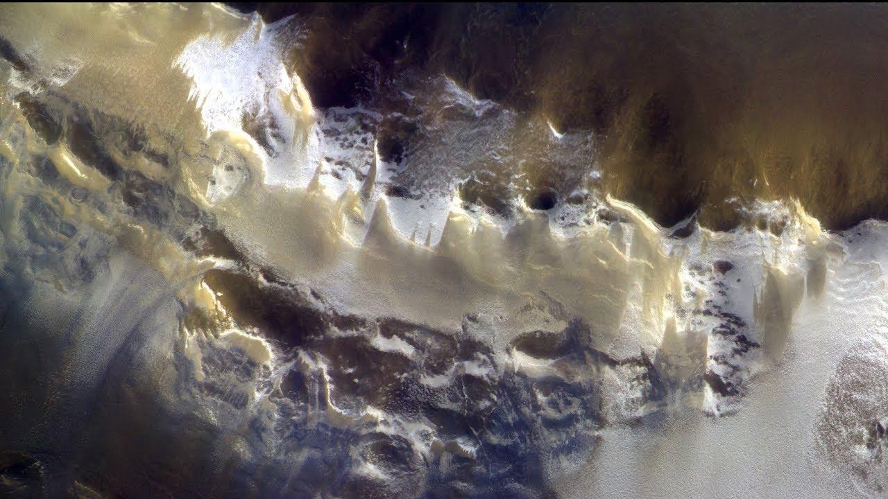 Ударный вал кратера Королёв летом,  таяние ледника, видны потоки рассолов/ фото TGO