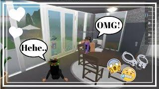 ROBLOX: BloxBurg: Breaking into people's houses!