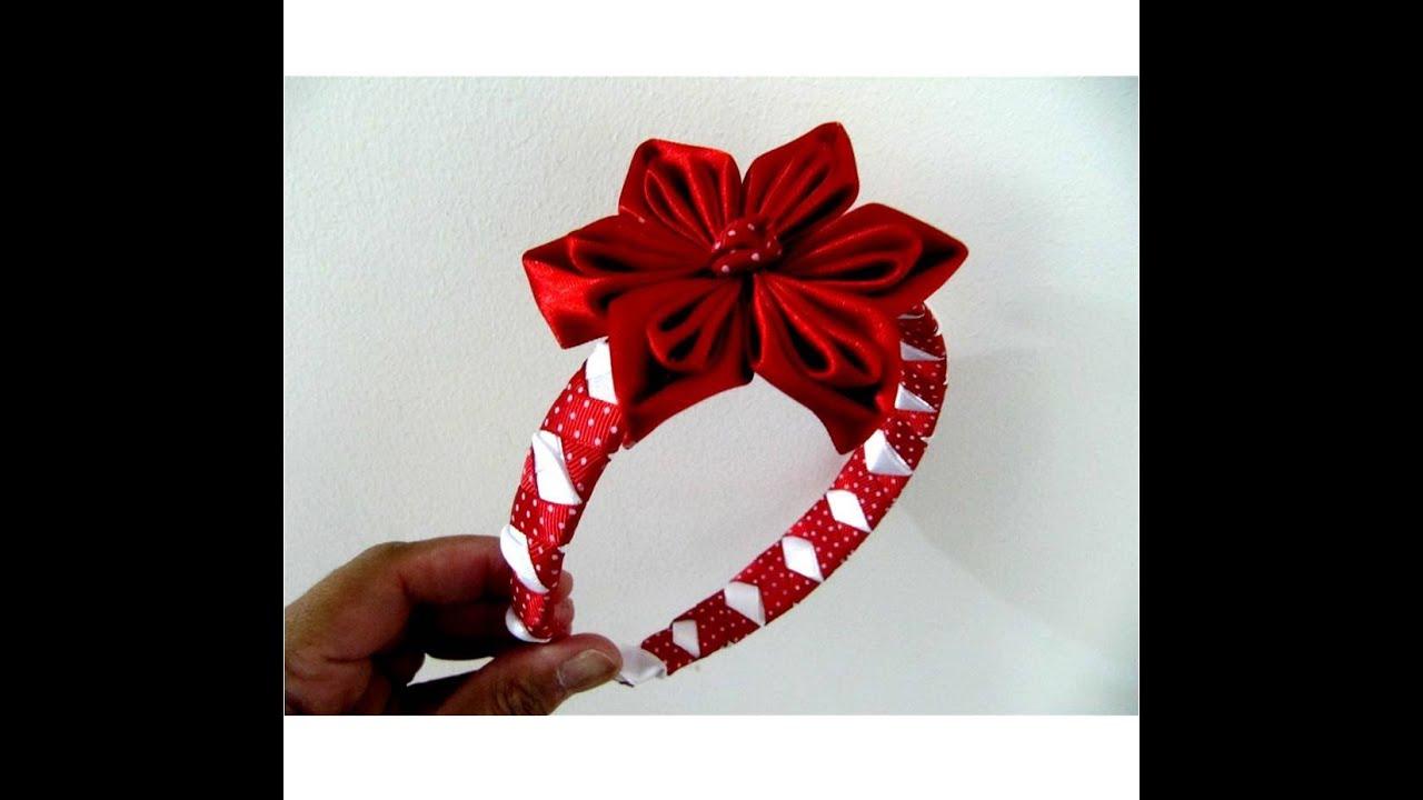 Flores rojas en diademas trenzadas con relieves en cintas for Diademas de tela para el cabello