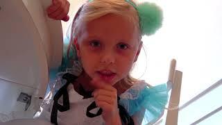 Alicia ayuda a su mamá! ¡Los niños juegan con juguetes de limpieza
