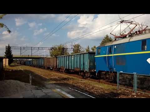 ET22-1074 z węglarkami mknie przez Tarnobrzeg.