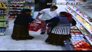 Facharbeiter (Flüchtlinge) beim Shopping - Migrants Shopping for free