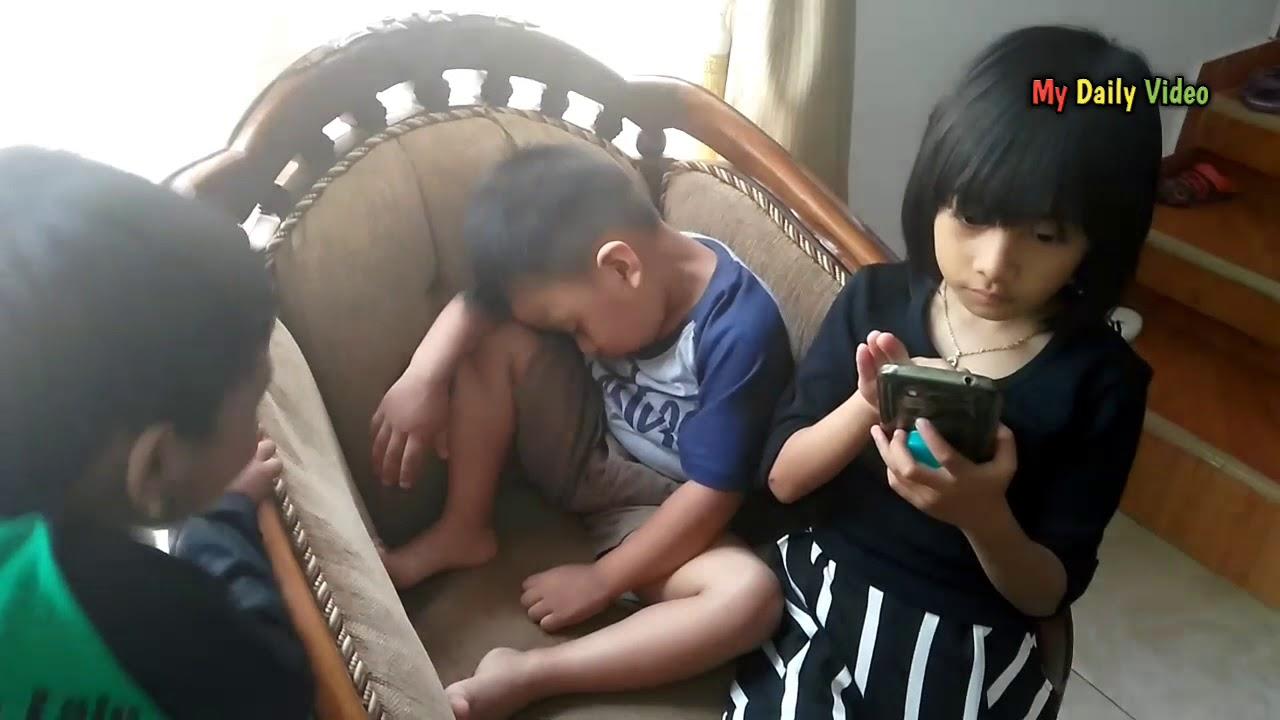 Video Lucu Anak Kecil Tidur Sambil Duduk