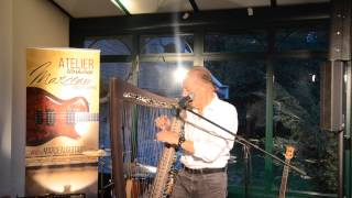 Alan Stivell présente sa harpe Stivell-Marceau