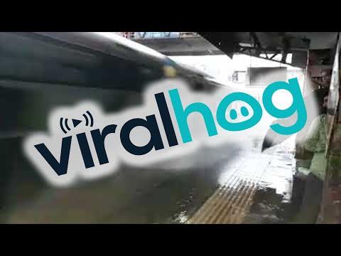 tren llega a toda velocidad a una estacion inundada en la india