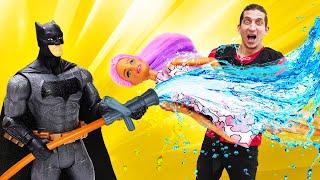 Видео про супергероев. Человек Паук, Железный Человек и Бэтмен защищают дом Барби!