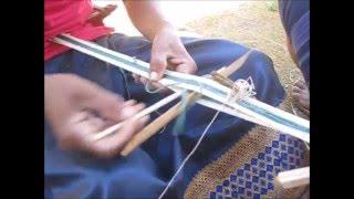 糸状にした葛の繊維を、腰機を使って織っていきます。 ⇒ http://manyuma...