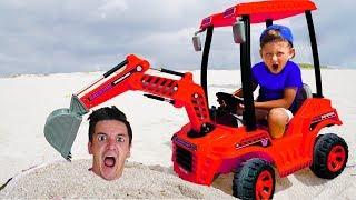 سينيا وأبي يلعبان في الرمال ويصلحان جرار ضخم!