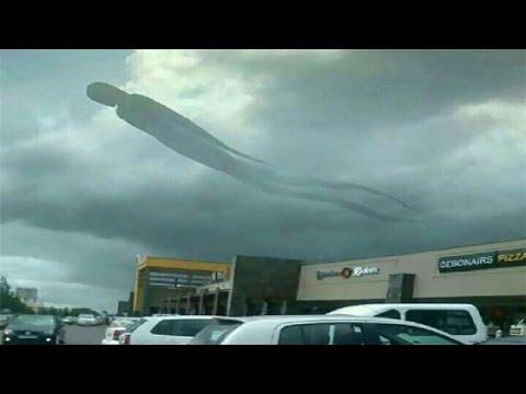 Người dân sợ hãi bỏ chạy khi thấy mây hình người lơ lửng giữa bầu trời