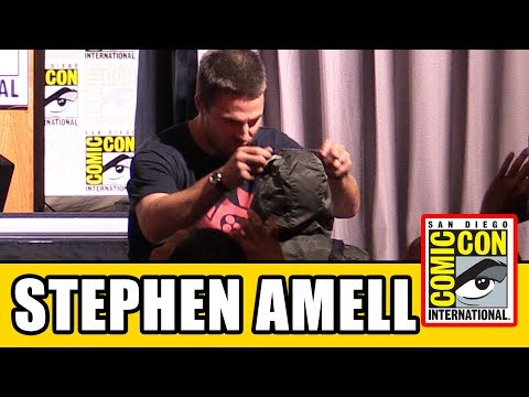 Stephen Amell Gives His Arrow Necklace to Young Cancer Fighter at Arrow Comic Con Panel