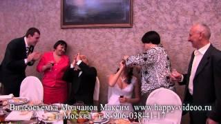 Жених сосёт из бутылочки и невеста тоже сосёт