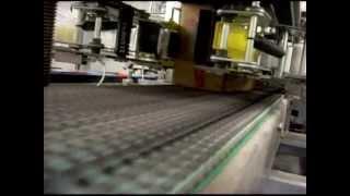 видео: Складывание картонных коробок, упаковка в них продукции и их заклеивание