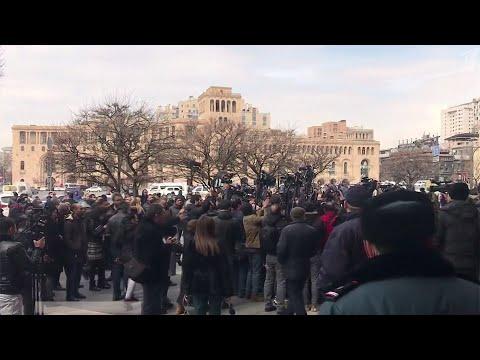 На улицы Еревана вышли сотни людей после заявления Пашиняна о попытке военного переворота.
