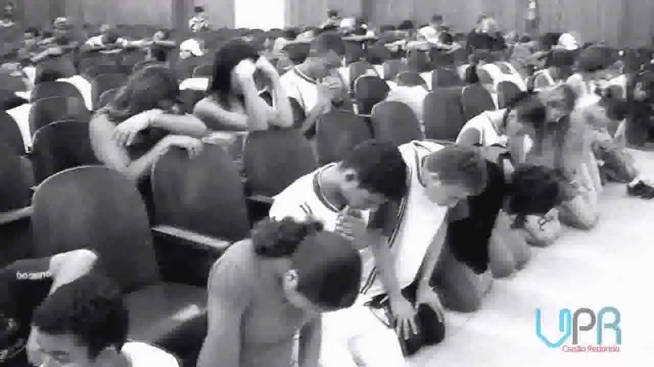 Jovens Se Humilham Diante De Deus Orando De Joelhos