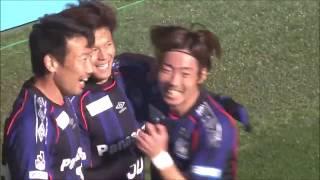 セカンドボールを拾った小野瀬 康介(G大阪)が味方選手に預けて前線に...