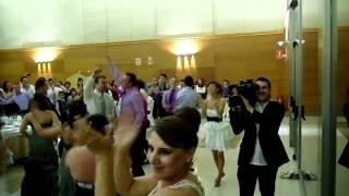 novia sorprende a su novio en su boda