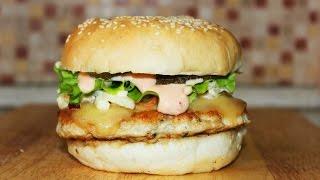 Бургер с индейкой и луковым соусом / Burger with onion sauce